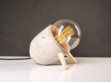 Esta lámpara de mesa de diseño para el dormitorio es una creación hecha en Francia y hecha a mano por el diseñador autodidacta Mickael Koska.