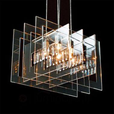 Esta lámpara de mesa de diseño para el dormitorio con paredes dobles y base de madera es original y eficiente.  La superposición del mismo material, vidrio, en dos tonalidades diferentes es una idea ingeniosa.