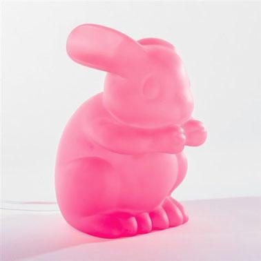 ¿Un conejito rosa neón?  No hay nada más normal en la imaginación de los niños.  Esta lámpara de mesa de diseño para la habitación de los niños es ideal.  Suficiente para ayudarles a dormir profundamente.