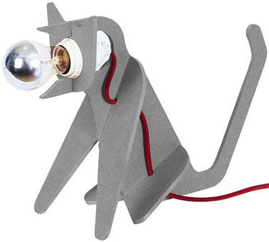 Esta lámpara de mesa de diseño con forma de gato puede sorprender a los niños.  Y por una buena razón no es un gato como los demás, tiene cabeza de bulbo.