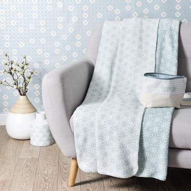 Un suave azul pastel con patrones blancos para un elegante y suave plaid estilo vellón.