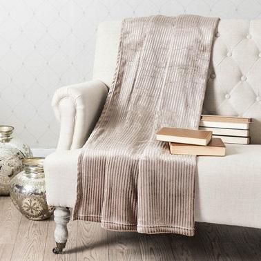 Una manta de tela efecto terciopelo beige marrón brillante.