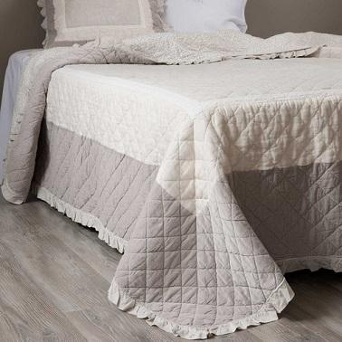 un boutis de lino y beige para poner en el dormitorio sobre la cama