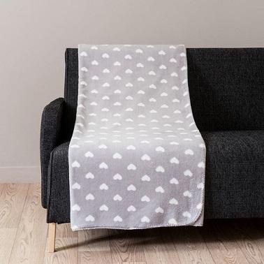 Lindos patrones de corazón en una bonita tela escocesa de color gris claro.