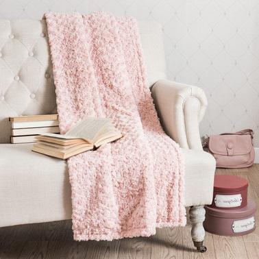 El rosa pastel sobre un plaid es una atmósfera femenina y suave garantizada en la sala de estar o en el dormitorio.