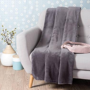 Una moderna y suave manta de forro polar gris pizarra.