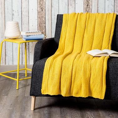 Amarillo llamativo sobre una tela escocesa de lana tejida de Maisons du Monde