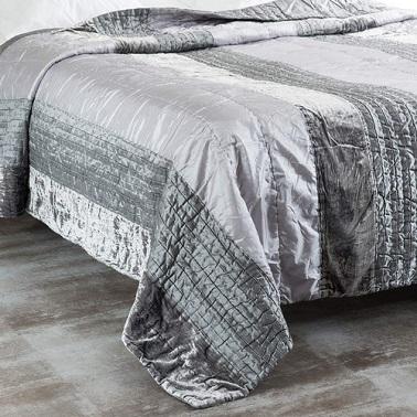 Acolchado en tejido envolvente y estético efecto satinado para el dormitorio.