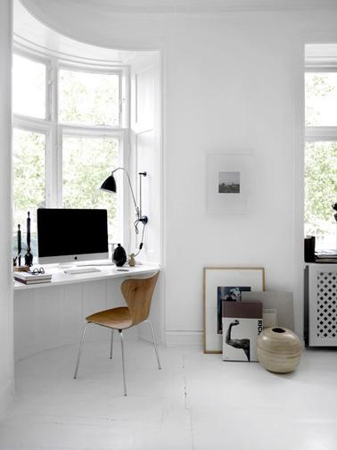Ahorre espacio y configure un espacio de oficina conveniente debajo de su ventana para que pueda disfrutar de la vista mientras trabaja.  Una idea genial para tener más espacio en la casa.