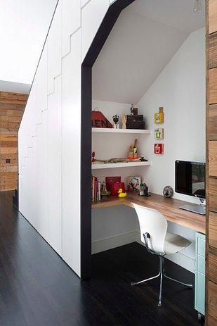 Si tiene escaleras en la casa, maximice su espacio organizando un área de oficina debajo de las escaleras.  Una buena idea para ahorrar el mayor espacio posible y crear una pequeña habitación extra.  Conveniente!