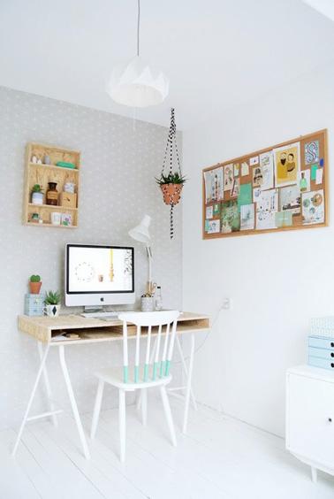 Un área de oficina en el dormitorio, ¡aquí tienes una idea inteligente!  Toques de madera y colores pastel para la decoración, plantas verdes y aquí hay un lindo escritorio en un rincón de la habitación para ahorrar espacio.