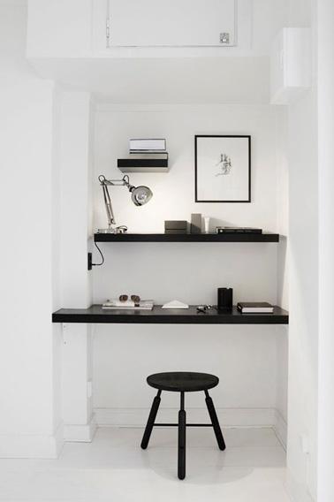 Para montar un espacio de oficina, ¡siempre hay espacio!  Un rincón, un tablero macizo para la oficina, estanterías y aquí hay un pequeño escritorio funcional y de diseño en la casa.