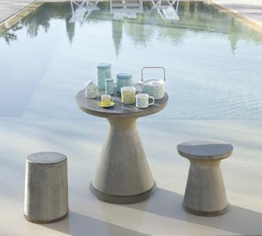 Un lindo pequeño espacio, súper acogedor, para instalar junto a la piscina para tomar el té con los pies en el agua y relajarse bajo el sol brillante.