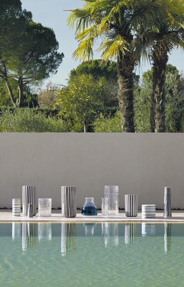 Rehace la decoración de tu exterior con bonitos jarrones de piedra arenisca a rayas, ultra decorativos, para colocar en el jardín, la terraza o alrededor de la piscina