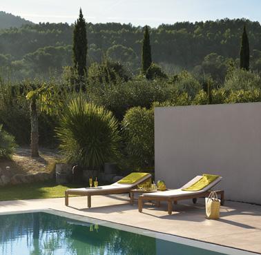 Súper diseño y cómodas tumbonas de teca para tomar el sol durante todo el verano y relajarse mientras hojea una revista junto a la piscina.