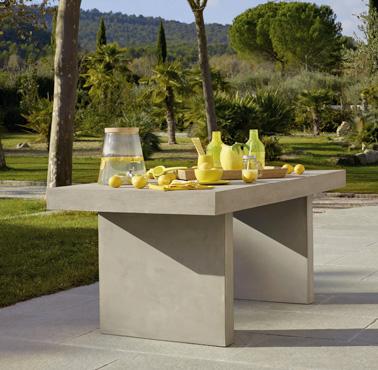 Para los días soleados, disponga un espacio para comer al aire libre alrededor de esta magnífica mesa de hormigón que asegurará la convivencia y el buen humor en el jardín.