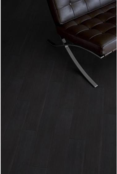 Sala de estar de diseño Deco con listones adhesivos de PVC para suelos, aspecto de teca negra ébano Gerflor en Leroy Merlin