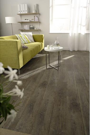 Instale un piso de PVC con tiras adhesivas con un aspecto de parquet antiguo en una sala de estar contemporánea.  Gerflor en Leroy merlin