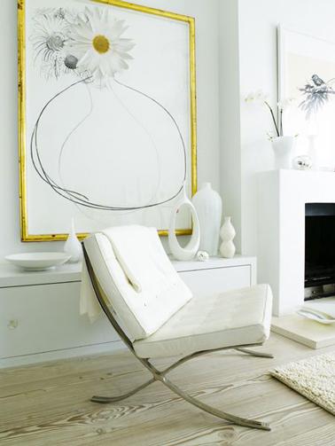 Un toque discreto de amarillo sublima la decoración de una sala de estar blanca