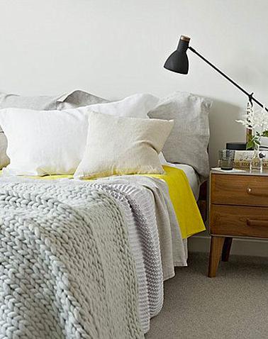 En este dormitorio color lino en total look, lejos de ser un intruso, la sábana amarilla aporta una vigorizante nota de frescura