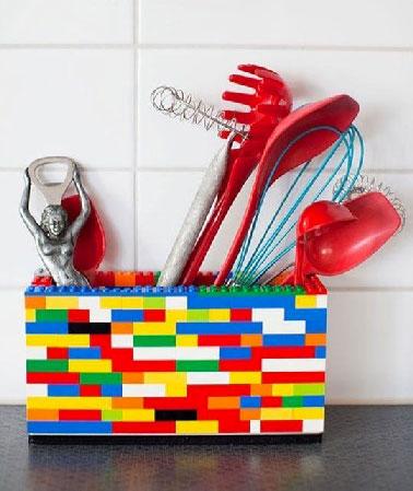 Monta Lego para poder guardar utensilios de cocina, el truco está en recordar por su facilidad, su precio y sus posibilidades de múltiples colores.