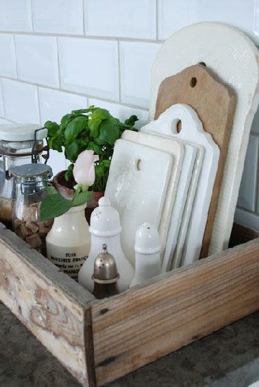 Un truco barato para guardar tablas de cortar en la cocina con una caja de vino.  Dependiendo del número de tablas, saleros y pimenteros y tarros también encuentran un lugar en la caja.