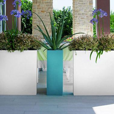 ¡Aquí tienes un consejo imprescindible para delimitar tu espacio exterior en la terraza por ejemplo!  ¡Todo lo que necesita hacer es usar macetas decorativas grandes y listo!
