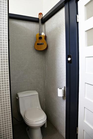 El mosaico gris para la decoración de los baños es elegante.  Las paredes de mosaico gris pastel con juntas blancas, en contraste, el piso está alicatado con un mosaico gris antracita, todo resaltado con una pintura azul marino y blanca para la carpintería