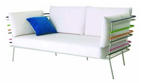 sofá de cuero blanco estructura de tubo de acero inoxidable cojines azules y blancos