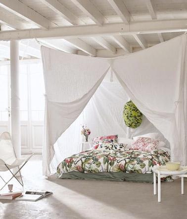 El romance está en la cita en esta luminosa habitación donde la cama actúa como un acogedor capullo paterno muy íntimo gracias a las cortinas blancas