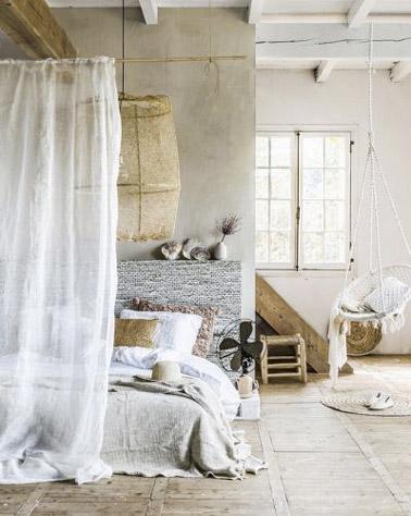 Aquí hay una decoración inspirada en colores naturales que no dejan de traer un ambiente cálido a esta habitación de los padres donde la cama adopta las cortinas.