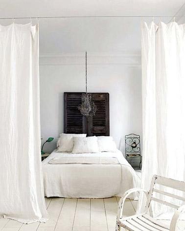 ¡Esta habitación blanca ultra original adopta la decoración reciclada para un ambiente chic y elegante!  Visillos completan la decoración así como un cabecero hecho con persianas