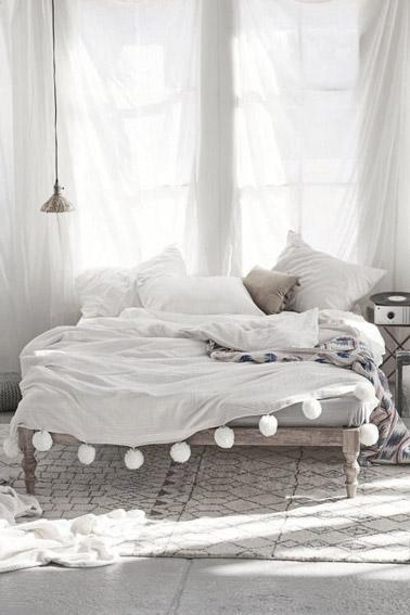 Nos enamoramos del estilo bohemio de esta habitación en tonos naturales donde la decoración está muy bien resaltada por cortinas blancas, una cama de madera y una hermosa alfombra.