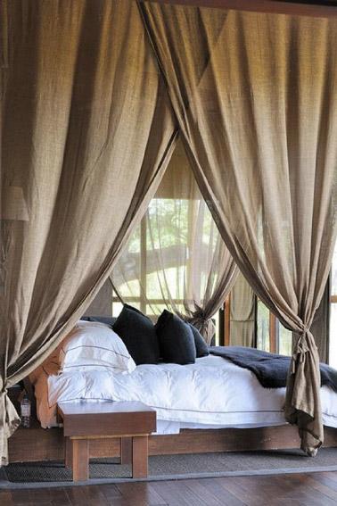 Nada puede ser más acogedor que poner cortinas en el dormitorio para crear un espacio agradable donde es bueno descansar.  ¡Aquí apostamos por las cortinas taupe!