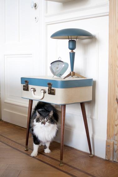 ¡Una bonita mesita de noche hecha con una simple maleta reciclada y patas de madera gracias a un ingenioso bricolaje!  Bonita idea para la decoración de la habitación y muy práctica.