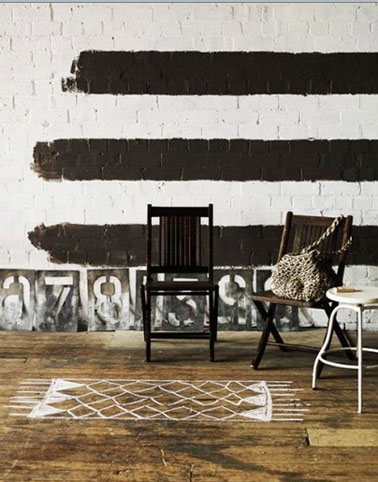 En salón, suelo de parquet pintado simulando una alfombra blanca.  Después de aplicar la pintura, dos manos de barniz incoloro.