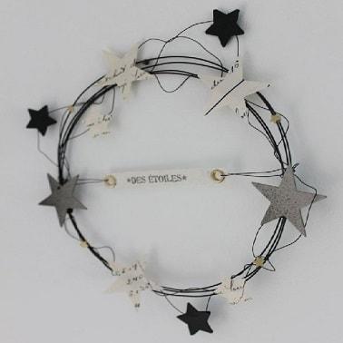 Rígido alambre negro y estrellas kraft, aquí está la receta para esta exclusiva corona decorativa navideña.  Fácil de hacer y económica, esta corona hecha en casa es original.