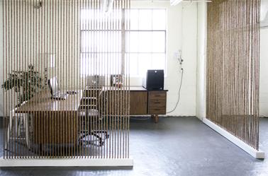 Dos tabiques luminosos y calados crean un espacio de oficina aislado de la sala de estar