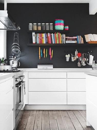 Pintar la pared trasera de una cocina blanca en gris carbón crea una decoración contemporánea en la cocina.  En contraste con los muebles blancos modernos, nos encanta.