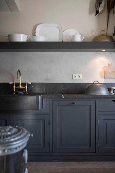 La pintura de cocina gris carbón en los muebles y estantes combina bien con el fregadero vintage, el salpicadero y la encimera de mármol negro.  Una gran idea para la decoración de la cocina.