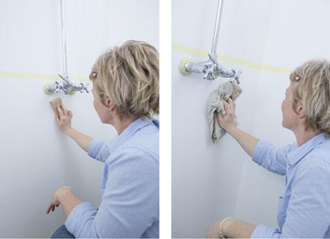 Antes de aplicar la pintura en el baño, lijar ligeramente las paredes y quitar el polvo.