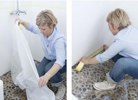 Coloque una lámina de plástico para proteger el piso del baño antes de pintar.