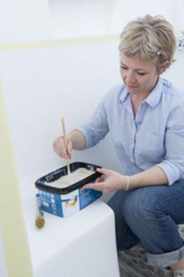 Mezcle la pintura Hydroactiv V33 en el bote con un palo de madera.  Remueve bien para obtener una pintura homogénea.