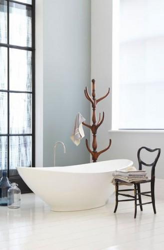 Una decoración de baño zen con las paredes pintadas en dos tonos de gris y el parquet repintado en blanco ligeramente teñido de gris.  Pintura Little Greene