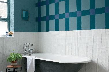 ¡La pintura ofrece muchas ideas creativas en el baño!  Aquí, tres tonos de verde azulado para imitar los azulejos de la pared pintando grandes rectángulos cruzados de verde oscuro realizados con la gama de pinturas Echappée Astral