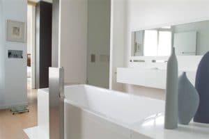 pintura de baño gris y blanca para una atmósfera atemporal