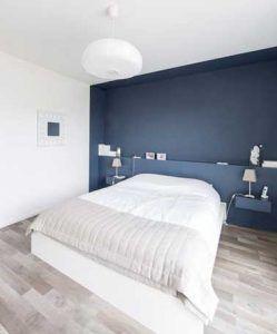Bonita idea decorativa: pinta una pared de color oscuro sobre la cabecera.  Es perfecto para darle energía y profundidad a la decoración del dormitorio blanco.