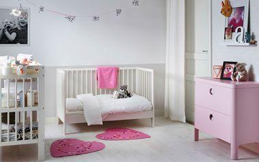 Una decoración 100% princesa para la habitación de esta niña con suaves tonos de rosa y blanco.  ¡Nos encanta la cómoda de diseño femenino para usar hasta la adolescencia!
