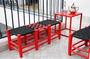 Decoración de balcones.  banco de madera roja, asiento tejido negro