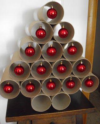 Un árbol de Navidad fácil de hacer tú mismo con rollos de papel y unas bolas rojas